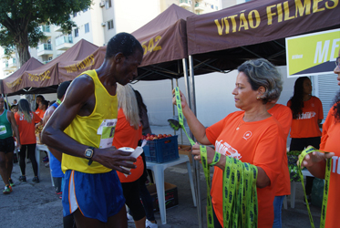 Solange separates a medal to offer to one of the athletes who participated in the marathon promoted by the church on May Day (Priscilla Garcia, 2017)