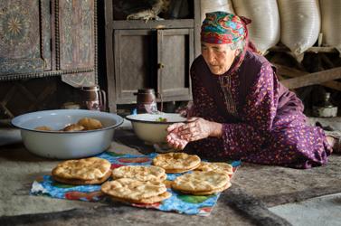 Dividing up the chapati to distribute to neighbours for Kurban Bayram (Eid al-Adha) (Cara Kerven, 2016)